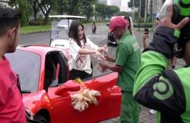 Ini Dia Crazy Rich Surabaya yang Cantolkan Kerupuk di Ferrari Saat Bagi-Bagi Sembako
