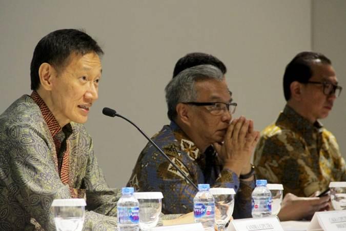 Direktur Utama PT Ciputra Development Tbk Candra Ciputra (dari kiri), didampingi Direktur Budiarsa Sastrawinata, dan Direktur M. I. Meiko Handoyo memberikan keterangan pers, usai RUPS, di Jakarta, Rabu (26/6/2019). - Bisnis/Triawanda Tirta Aditya