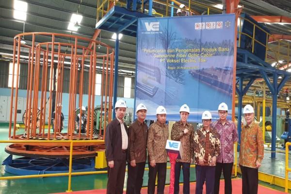 President Director Voksel Electric David Lius (tengah) saat peluncuran produk baru submarine fiber optic cable di Pabrik Cileungsi pada Rabu (20/2 - 2019).