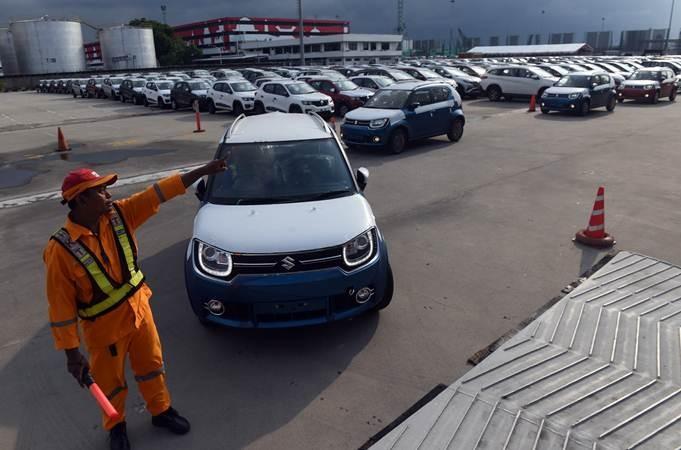 Petugas mengatur alur mobil-mobil yang siap diekspor di Dermaga PT Indonesia Kendaraan Terminal, Jakarta, Selasa (12/2/2019). - ANTARA/Akbar Nugroho Gumay