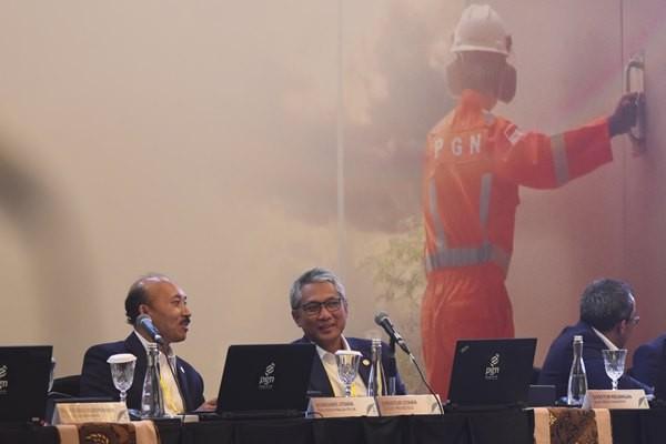 Direktur PT Perusahaan Gas Negara (PGN) Gigih Prakoso (tengah) didampingi Komisaris Utama Ign Wiratmaja Puja (kiri) berbincang sebelum menyampaikan paparannya pada Rapat Umum Pemegang Saham Tahunan PT PGN di Jakarta, Jum'at (26/4/2019). PT Perusahaan Gas Negara Tbk (PGN) pada 2018 menghasilkan laba bersih yang tercatat menembus angka US305 juta, naik signifikan dibandingkan US197 juta pada periode 2017. ANTARA FOTO - Indrianto Eko Suwarso