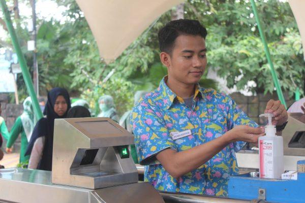 Petugas pintu masuk kawasan wisata Ancol tengah menggunakan hand sanitezer sebagai upaya pencegahan virus corona, Rabu (4/3/2020). Selain di area pintu masuk, hand sanitezer juga disediakan di sejumlah titik area wisata. - istimewa
