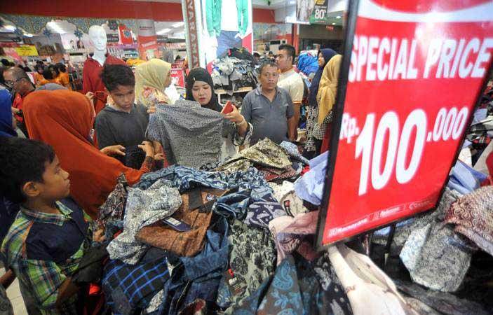 Warga berbelanja pakaian baru, di Plaza Andalas, Padang, Sumatra Barat, Senin (3/6/2019). - ANTARA/Iggoy el Fitra