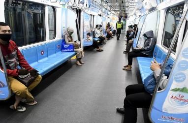MRT Jakarta Bagi-bagi Masker ke Penumpang Cegah Penyebaran Corona