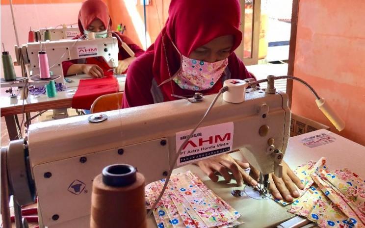 Beranggotakan 8 perempuan dari Desa Kalihurip, Karawang, KSH memutuskan untuk memproduksi masker kain pada awal April. / AHM