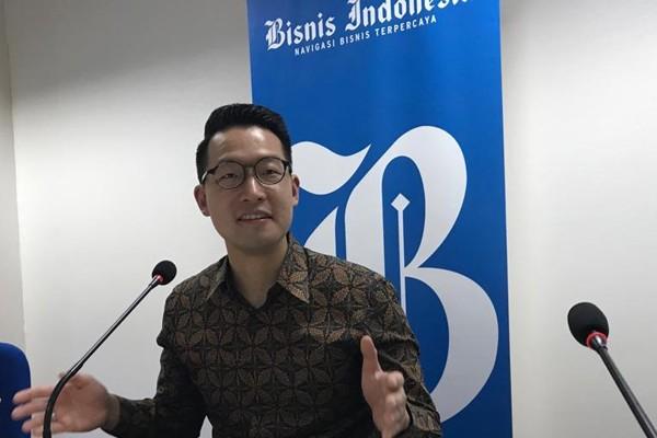 CEO Lippo Karawaci John Riady (tengah) sedang memberikan paparan di kantor redaksi Bisnis Indonesia, Selasa 19 Maret 2019. - Bisnis/Arif Budisusilo