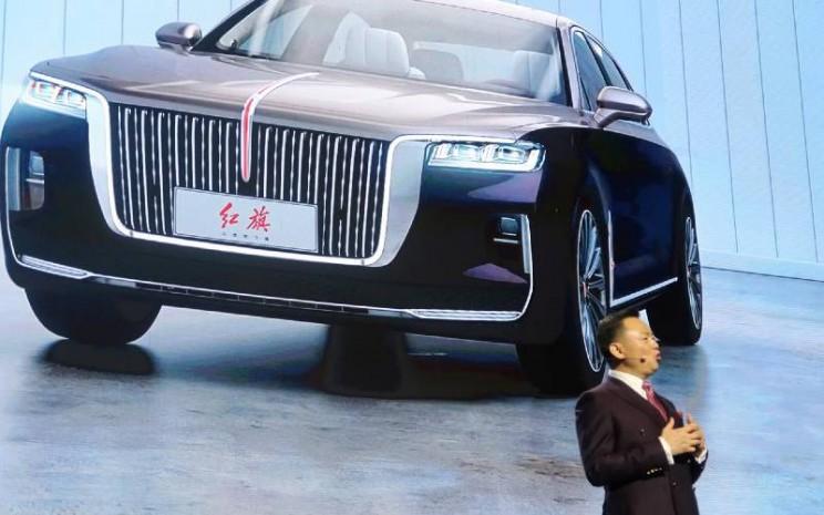 Xu Liuping, Chairman FAW Group, berbicara di acara merek mobil China Hongqi, atau Bendera Merah, yang diadakan di Aula Besar Rakyat di Beijing, China, 8 Januari 2020. /REUTERS