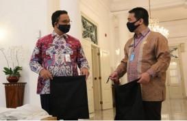 Hari Pertama Wagub DKI, Riza Temani Anies Terima Bantuan Penanggulangan Covid-19