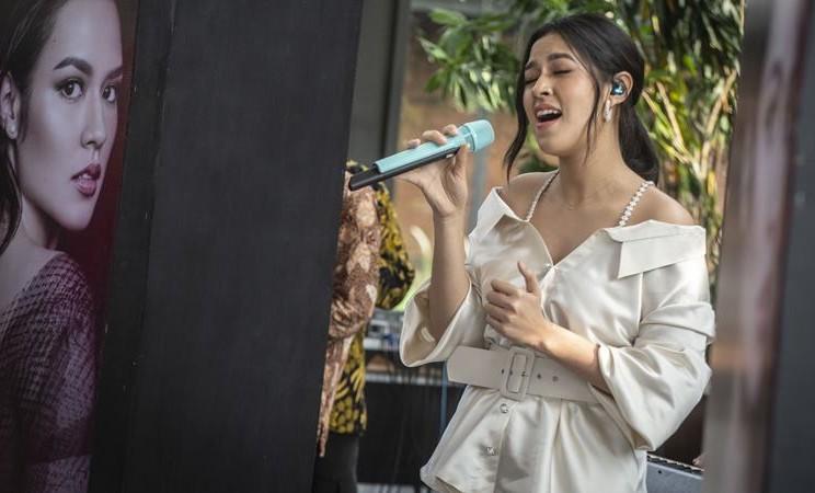 """Penyanyi Raisa menyanyikan """"single"""" terbarunya berjudul Teristimewa saat peluncuran menjelang konser tunggalnya bertajuk """"Raisa Live in Concert"""" Jakarta 2020 di Jakarta, Kamis (13/2/2020). - ANTARA / Aprillio Akbar"""