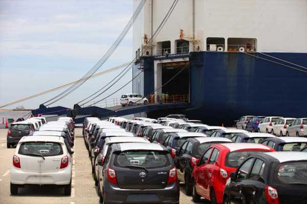 Petugas memasukkan mobil produksi PT Toyota Motor Manufacturing Indonesia (TMMIN) yang siap diekspor ke dalam kapal di IPC Car Terminal, PT Indonesia Kendaraan Terminal (IKT), Pelabuhan Tanjung Priok, Jakarta Utara, Rabu (8/3/2017). - Bisnis.com
