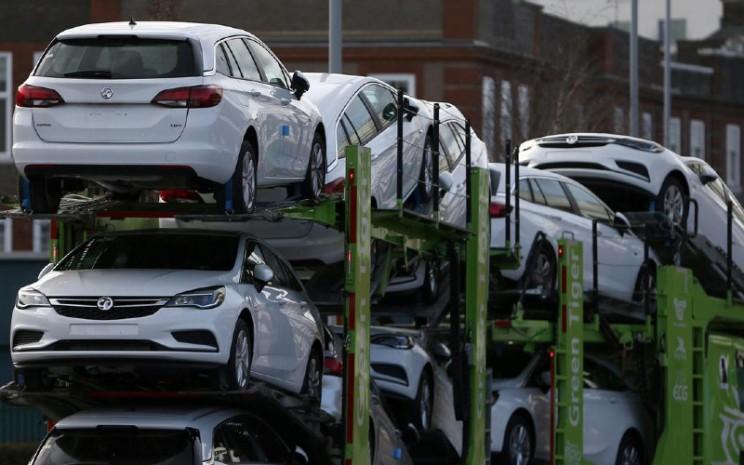 Mobil Vauxhall diangkut menggunakan truk di Luton, Inggris 6 Maret 2017. REUTERS