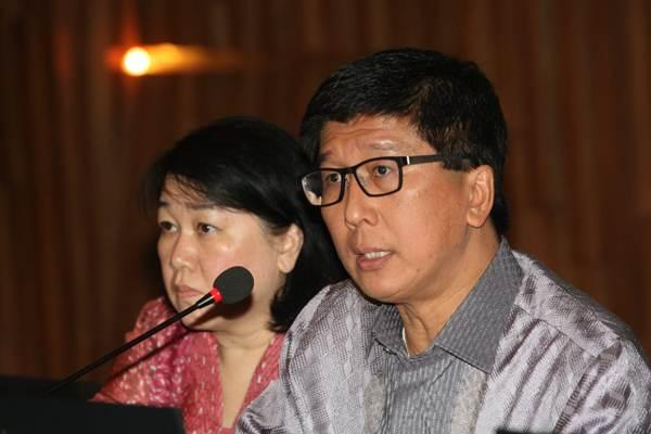 Wakil Direktur Utama PT Elang Mahkota Teknologi Tbk (Emtek) Sutanto Hartono (kanan), didampingi Direktur Sutiana Ali memberikan penjelasan mengenai kinerja perusahaan di di Jakarta, Senin (25/6/2018). - JIBI/Dedi Gunawan