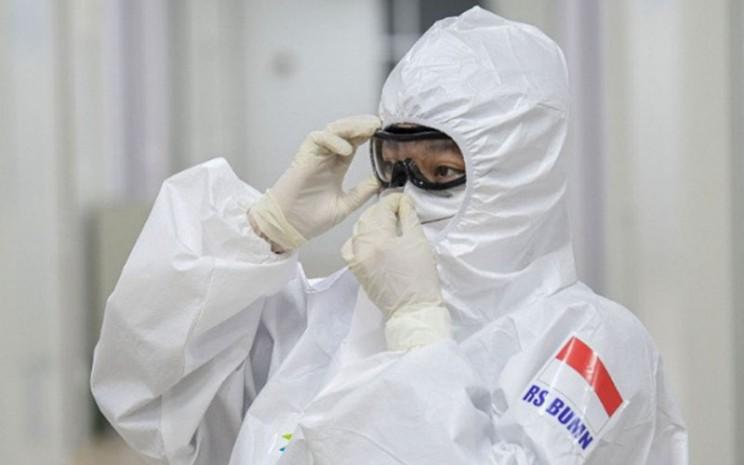 Dokter di rumah sakit darurat COVID-19 RS Pertamina Jaya Jakarta menggunakan alat pelindung diri (APD). - Antara/M. Risyal Hidayat