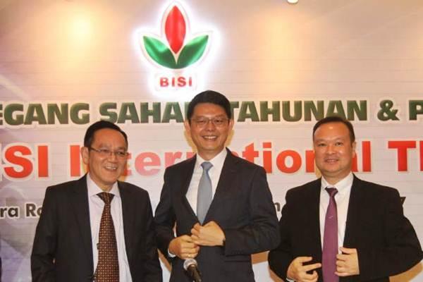 Direktur Utama PT BISI International Tbk Jemmy Eka Putra (tengah), bersama Komisaris Utama Tjiu Thomas Effendy (kiri), dan Direktur Setiadi Setiokusumo, seusai RUPS , di Jakarta, Rabu (31/5). - JIBI/Endang Muchtar