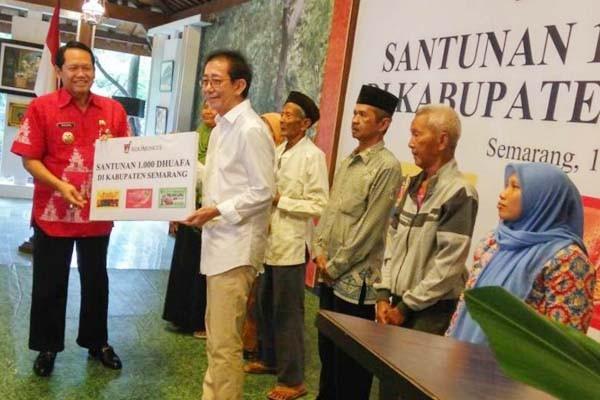 Direktur Sido Muncul Irwan Hidayat (kedua kiri) menyerahkan bantuan secara simbolis kepada Bupati Semarang Mundjirin (kiri) untuk diteruskan kepada para penerima bantuan di Agrowisata pabrik Sido Muncul, Ungaran, Semarang, Rabu (14/06 - 2017). / Humas Sido Muncul