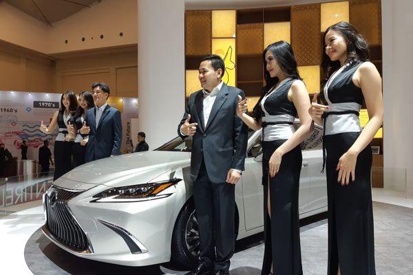 General Manager Lexus Indonesia Adrian Tirtadjaja (ketiga kanan) dan Chief Engineer Lexus Yasuhiro Sakakibara (ketiga kiri) memamerkan The Entirely New Lexus ES di Gaikindo Indonesia International Auto Show (GIIAS) 2018 yang digelar di ICE BSD, Tangerang, Jumat (3/8). - Bisnis/Dewi A. Zuhriyah