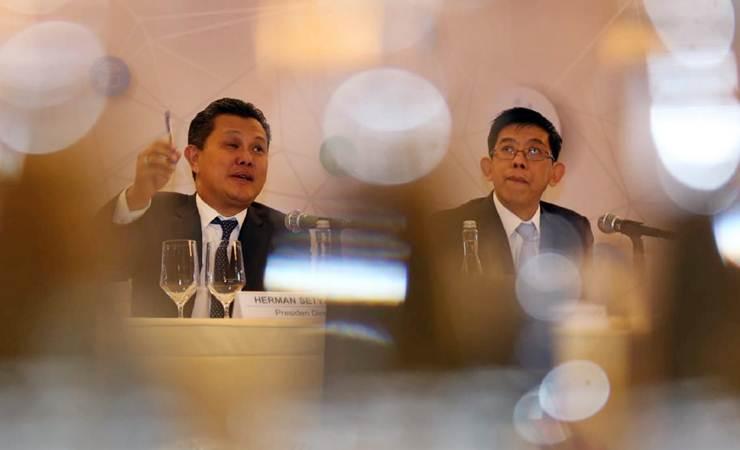 Presiden Direktur PT Tower Bersama Infrastructure Tbk, Herman Setya Budi (kiri) didampingi Direktur Helmy Yusman Santoso memberikan penjelasan, usai RUPST di Jakarta, Selasa (21/5/2019). - Bisnis/Nurul Hidayat