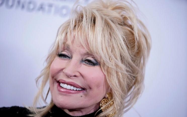 Dolly Parton tengah berpose - Bloomberg.
