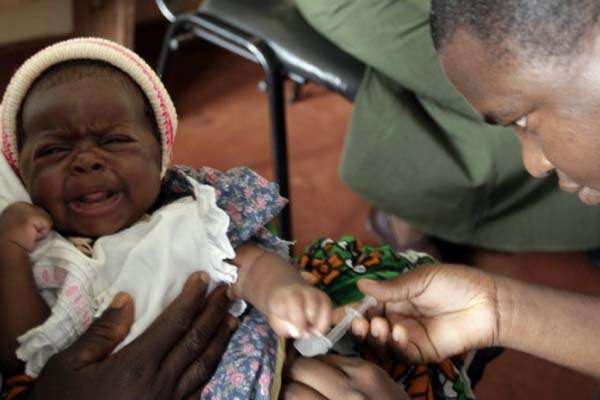 Ilustrasi pemberian vaksin malaria/Reuters - Joseph Okanga