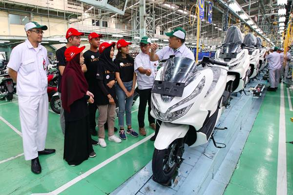 Direktur PT Astra Honda Motor (AHM) Markus Budiman (kanan) didampingi General Manager Corporate Communication Ahmad Muhibbuddin (kedua kanan) dan Head of AHM plant Sunter Muhamad Dadan P.W (kiri) berdiskusi dengan peserta AHM Best Student di sela-sela kunjungan pabrik di Jakarta, Rabu (1/08). - JIBI/Abdullah Azzam