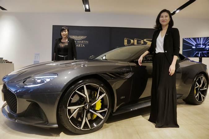GM Aston Martin APAC Nancy Chen (kanan) dan GM Marketing Aston Martin Jakarta Francisca Prandayani meluncurkan Aston Martin DBS Superleggera di Jakarta, Senin (27/5/2019). - Bisnis/Felix Jody Kinarwan