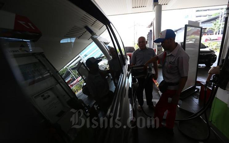 Petugas melakukan pengisian bahan bakar minyak (BBM) di salah satu SPBU yang ada di Jakarta, Senin (31/9). Bisnis - Nurul Hidayat