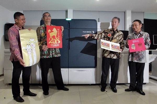 Advanced GCS Product Marketing Dept. Head PT Astra Graphia Tbk (Astragraphia) Marshel V. Matulessy (dari kiri), Chief of GCS Ferdinand Anthonexsa, Direktur Arifin Pranoto, dan Representative from Fuji Xerox Asia Pacific Operations Takasuke Kaku meluncurkan Fuji Xerox Iridesse, di Jakarta, Kamis (25/1). - JIBI/Dwi Prasetya