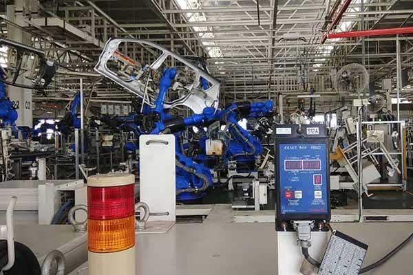 Lengan robot sedang melakukan proses produksi New Ertiga di pabrik Suzuki Cikarang, Jawa Barat, Selasa (19/2/2018)  - Bisnis.com/Muhammad Khadafi