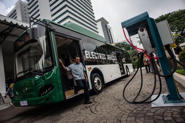 Penumpang turun dari bus listrik usai mengikuti uji coba di halaman Balai Kota, Jakarta, Senin (29/4/2019). - ANTARA