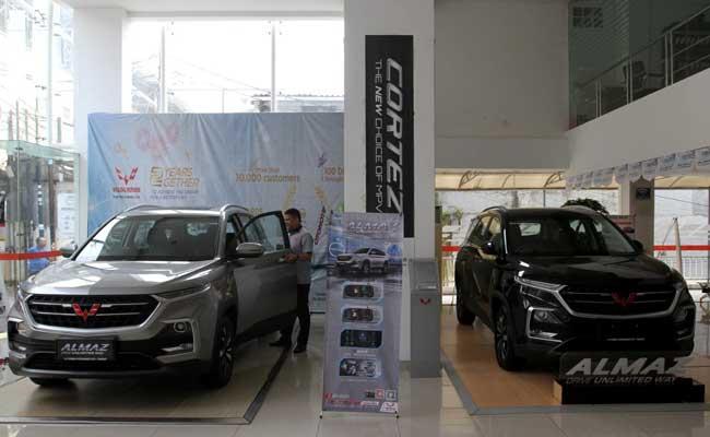 Petugas melakukan perawatan terhadap mobil Wuling yang dijual di salah satu showroom di Jakarta, Minggu (16/2/2020). Bisnis - Arief Hermawan P