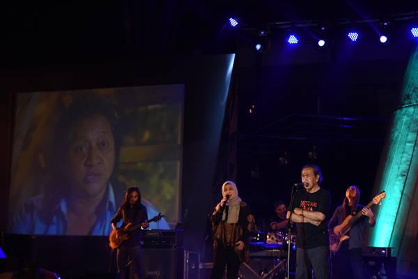 "Musisi Sawung Jabo mementaskan musik ketika tampil pada Konser Musikalisasii Puisi ""Kesaksian Rendra"" di Altar Teater Amphi Taman Ismail Marzuki, Jakarta, Selasa (9/8). - Antara"