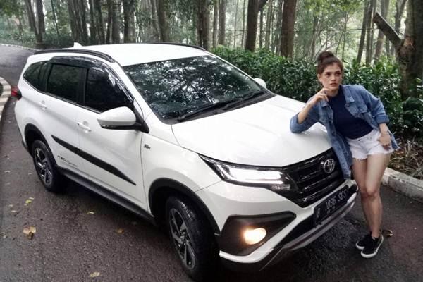 Model berpose bersama mobil Toyota All New Rush, di salah satu sudut Kota Bandung, Jabar, Rabu (7/2/2018). - JIBI/Dedi Gunawan
