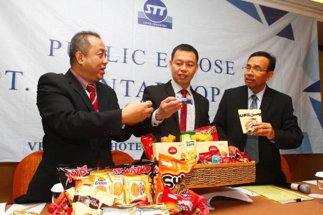 Presiden Direktur PT Siantar Top Tbk. Pitoyo (dari kanan) berbincang dengan Direktur Armin, dan Direktur Suwanto saat paparan publik, di Surabaya, Jumat (15/12). - JIBI/Wahyu Darmawan