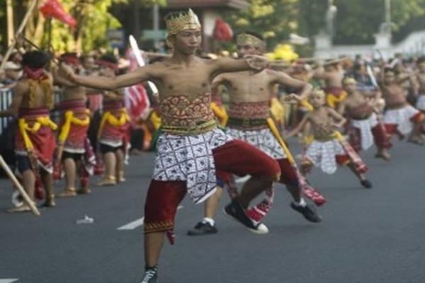 """Hari Tari Dunia Penari berpartisipasi dalam pementasan tari massal """"Solo Menari 24 Jam"""" di Jalan Jendral Sudirman, Solo - Antara"""