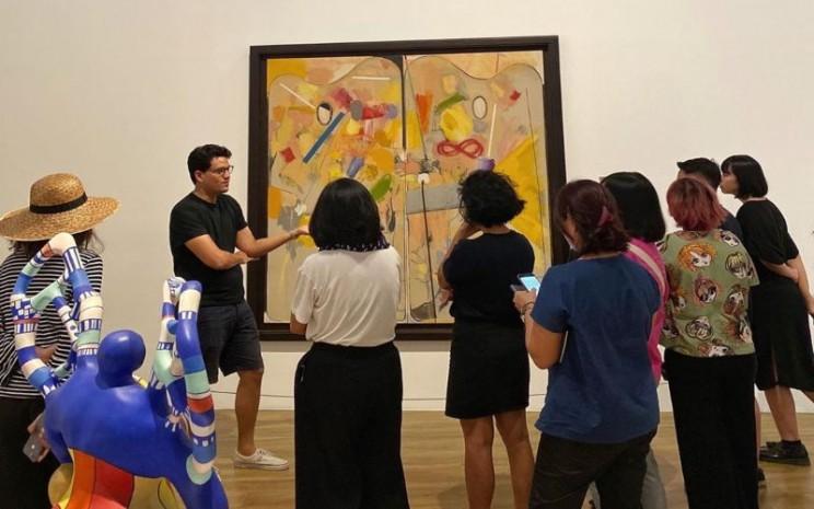 Pengunjung menikmati lukisan di Musem Macan. - Intagram @museummacan