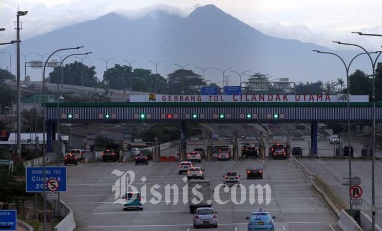 Antrean kendaraan di gerbang tol Cilandak Utama sebelum memasuki tol Depok-Antasari seksi I di Jakarta, Senin (17/2/2020). Bisnis - Arief Hermawan P