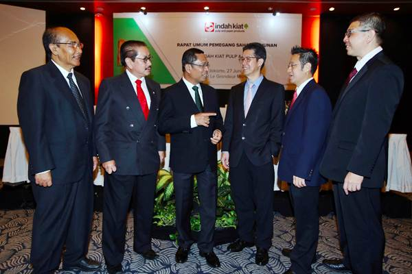 Direktur Utama PT Indah Kiat Pulp & Paper Tbk. Hendra Jaya Kosasih (ketiga kanan) berbincang dengan Komisaris Utama Saleh Husin (ketiga kiri), Komisaris Independen Pande Putu Raka (dari kiri), Direktur Yan Partawidjaja, Direktur Kurniawan Yuwono dan Komisaris Kosim Sutiono sebelum RUPST, di Jakarta, Rabu (27/6/2018). - JIBI/Abdullah Azzam