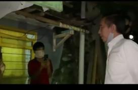 Jokowi Bagi Sembako Langsung ke Warga di Bogor Malam-malam