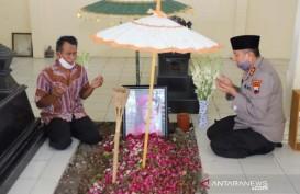 Dapat Mutasi, Kapolda Jateng Ziarah ke Makam Ibunda Jokowi