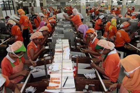 Emiten rokok PT HM Sampoerna Tbk. (HMSP) memutuskan untuk melakukan karantina produk selama lima hari sebelum akhirnya didistribusikan ke konsumen dewasa. - Ilustrasi