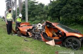 Mobil McLaren Ringsek, Pengemudi & Penumpang Dievakuasi ke RS