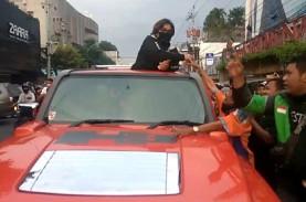 Wanita Bermasker ini Bagi-Bagi Duit di Atas Mobil…