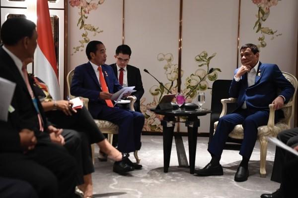 Presiden Joko Widodo (kiri) berbincang dengan Presiden Filipina Rodrigo Duterte (kanan) saat pertemuan bilateral Indonesia-Filipina disela-sela KTT ASEAN ke-34 di Bangkok, Thailand, Sabtu (22/6/2019). - ANTARA FOTO/Puspa Perwitasari