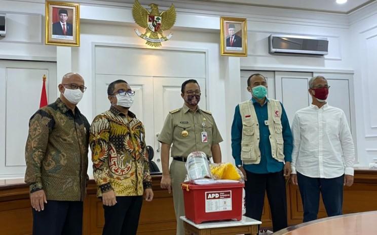 Penyerahan alat pelindung diri (APD) dari Presiden Direktur Repower Asia Indonesia Aulia Firdaus (kanan) kepada Gubernur Jakarta Anies Baswedan pada Selasa (5/5 - 2020). Istimewa