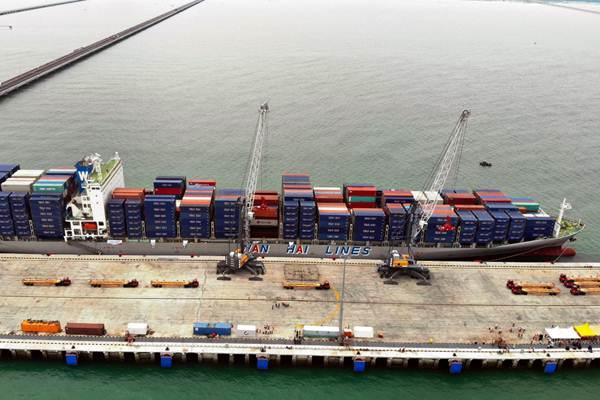 Suasana bongkar muat kapal kontainer di Terminal Multiguna Pelabuhan Kuala Tanjung, Kabupaten Batu Bara, Sumatra Utara, Kamis (27/12). Pelabuhan ini dikelola oleh PT Prima Multi Terminal, perusahaan yang 25 persen sahamnya dimiliki PT PP (Persero) Tbk. - Bisnis/Abdullah Azzam