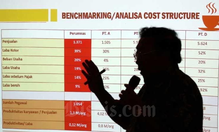 Siluet Direktur Utama Perum Perumnas Bambang Triwibowo saat memberikan penjelasan pada acara Ngopi BUMN bertema Strategi Perumnas Mengurangi Backlog Perumahan di Jakarta, Rabu (26/2/2020). Bisnis - Eusebio Chrysnamurti