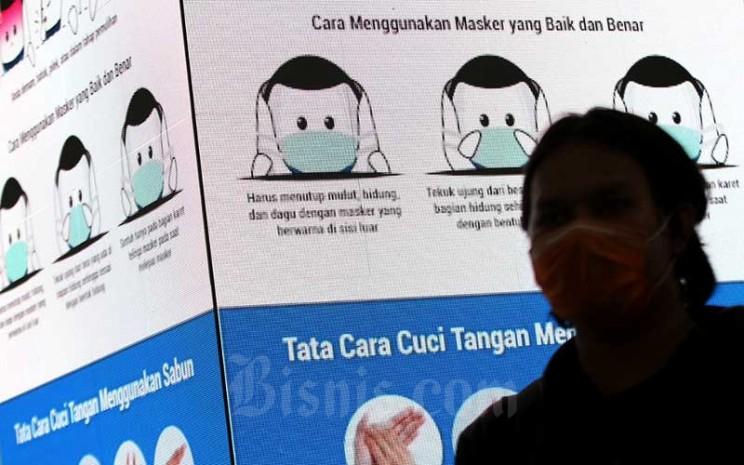 Penumpang menunggu kereta di salah satu stasiun MRT di Jakarta, Kamis (19/3/2020). Bisnis - Arief Hermawan P