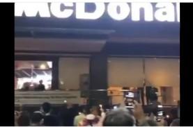 Hari Terakhir McDonald's Sarinah, Orang Ramai Berkumpul,…