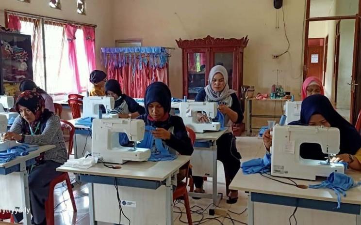 Penjahit memproduksi masker kain di Balai Latihan Kerja Kabupaten Ogan Komering Ilir (OKI), Sumsel. istimewa