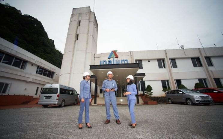Karyawan sedang berbincang di depan kantor PT Inalum (Persero) Siguragura, Sumatra Utara. - inalum.id